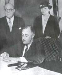 Pres. Roosevelt signs the National Labor Relations Act